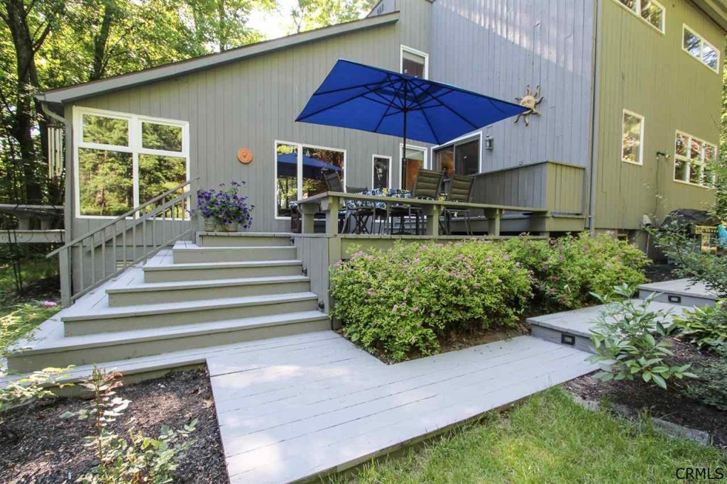 Outdoor living space at 39 loughberry lake road